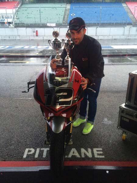 Xavi Forés con sus dos trofeos de hoy, campeón IDM Superbike 2014